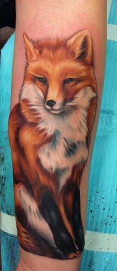 Tatouage Bras Réaliste Renard par Distinction Tattoo