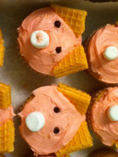pig cupcakes....I think I would use strawberry or chocolate wafers. ;)