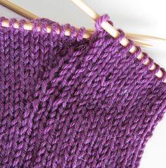 toe-up sock tutorial Knitting Videos, Knitting For Beginners, Knitting Stitches, Knitting Socks, Knitting Needles, Knitting Projects, Knitting Patterns, Crochet Socks, Knitted Hats