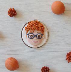 Tommaso è un bambino molto simpatico dai capelli rossi e con i riccioli ribelli, gli occhiali dalla montatura blu e quelle lentiggini che gli donano tanto.