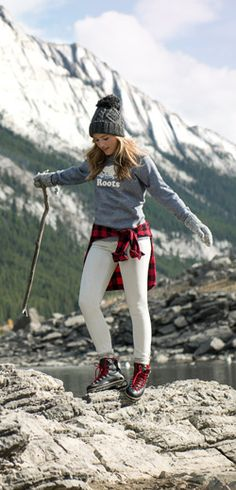 Look and feel top notch inside the outdoors with your elegant and comfortable jogging outfitideas for girls. Cold Weather Outfits, Fall Winter Outfits, Winter Fashion, Winter Hats, Trekking Outfit, Outdoorsy Style, Climbing Outfits, Look Jean, Hot Girls
