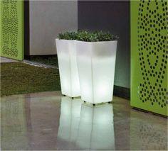 Macetero iluminado para uso exterior o interior, fabricado con polietileno de baja densidad y alta calidad. Disponible en luz fría, cálida, LED-RGB (con mando a distancia) o SISTEMA WIRELESS & WATERPROOF (sin cables).  60cm x 30cm x 30cm  http://www.ibergada.com/index.php?route=product/product&product_id=2807&search=MELISA