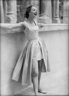 Retro Fashion Photographic Print: Lively Lass Poster by Chaloner Woods : - size: Photographic Print: Lively Lass Poster by Chaloner Woods : Artists Look Retro, Look Vintage, Vintage Beauty, Vintage Ideas, Vintage Photos, Retro Fashion 50s, Vintage Fashion, 1950s Summer Fashion, Classy Fashion