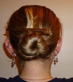 Le chignon est une coiffure très à la mode en cette année 2015. Je n'aime pas être coiffée deux jours de suite de la même façon, c'est pourquoi j'ai décidé de vous présenter 10 chignons. Vous aurez ainsi deux semaines de chignons (le week-end, on ne se coiffe pas !).  Attention, pensez à adapter le chignon à la situation : vous ne vous ferez pas un chignon « saut du lit » si vous devez passer un entretien d'embauche !