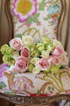 Love this beautiful soft colored bouquet on the floral chair.so pretty Love Rose, My Flower, Pretty Flowers, Beautiful Roses, Romantic Roses, Pretty Pastel, Beautiful Images, Green Rose, Pink And Green