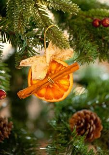 Xmas Tree Decorations Ideas For 2019 Natural Christmas, Noel Christmas, Victorian Christmas, Diy Christmas Ornaments, Country Christmas, Christmas Colors, Homemade Christmas, Winter Christmas, Christmas Tree Decorations