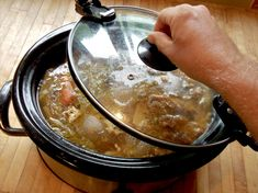 Bone broth has a high vitamin and mineral content. The benefits of consuming bone broth include better joint protection, reduced inflammation, and better sleep. Learn more about the benefits of bone broth here. Drinking Bone Broth, Making Bone Broth, Slow Cooker Recipes, Crockpot Recipes, Healthy Recipes, Healthy Foods, Healthy Eating, Pulled Pork Receta, Recetas Crock Pot