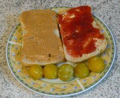 Ein süßes Frühstück gab es bei Jessi: Brötchen mit Pflaumenmarmelade und Erdnussbutter - dazu ein paar Mirabellen