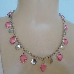 Colar coração rosa, feito com corações em acrílico com acabamento em abs pingente e corrente prateados. R$ 4,00