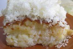 Bolo de coco é uma delícia! Gelado e cremoso fica ainda melhor! Essa bolo pode ser cortado em pedaços e embrulhado em papel alumínio, em potinhos ou servid