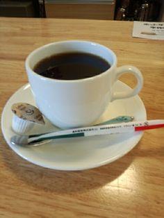 今日は喫茶店で黒豆コーヒーホットいただいています。おいしいです。