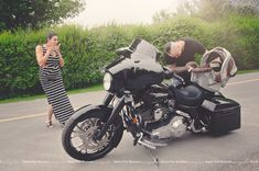 Harley Davidson. Future Daddy. . Old my beer. Funny. Original. Pregnancy. Maternity. Photo shoot. Biker. Outdoor. - Futur papa. Tiens ma bière. Drôle. Grossesse. Maternité. Séance photo. Motard. Moto Extérieur Funny Maternity Pictures, Family Maternity Photos, Baby Bump Photos, Maternity Poses, Funny Maternity Photography, Newborn Pictures, Pregnancy Photos, Baby Pictures, Motorcycle Baby