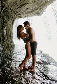 Honeymoon is a fabulous time. Check out best honeymoon photo ideas and save the memories of the best journey in your life. Best Honeymoon Destinations, Hawaii Honeymoon, Romantic Honeymoon, Romantic Places, Romantic Couples, Romantic Travel, Romantic Ideas, Keep Calm Wedding, Honeymoon Pictures