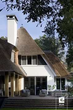 Rietgedekte villa_EVE Architecten Garden Architecture, Residential Architecture, Architecture Design, Different House Styles, Villa, Thatched Roof, Mansions Homes, House Roof, Feng Shui