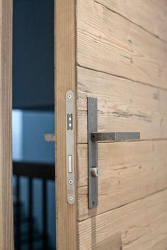 Old Wooden Doors, Wooden Door Hangers, Rustic Doors, Old Doors, Main Entrance Door Design, Entrance Doors, Exterior Makeover, Door Makeover, Door Design Interior