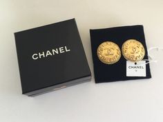 Authentic Vintage CHANEL Round CC Logo Clipped On Earrings  #vintageCHANEL #CHANEL #vintageCHANELearrings #vintageCCearrings #vintageCCCHANELearrings #vintageCHANELpearlearrings #CHANELpearlearrings #CHANELcloverearrings
