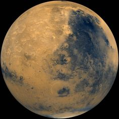 Projection des images prises par les orbiteurs Vikings en 1980, sur une sphère : Mars telle que la verrait un astronaute en orbite. La région claire à gauche de l'image est Arabia Terra, la région sombre sur la droite porte le nom de Syrtis Major. À l'extrême droite est visible Isidis Planitia, un ancien bassin d'impacts. Les régions proches du pôle sud sont recouvertes de givre de dioxyde de carbone d'un blanc brillant. Cette mosaïque d'images a été réalisée lors du début de l'été martien…