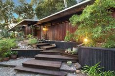 This 1961 Mid-Century House Was Designed To Embrace Spaciousness Mid Century Home in California de Roger Lee – extérieur Modern Landscape Design, Modern House Design, Modern Exterior, Exterior Design, Mid Century Landscaping, Mid Century Exterior, Interior Design Minimalist, Villa, Mid Century House