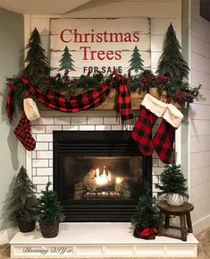 If you have a fireplace in your home, the mantel should be adorned with Christmas decorations to help make your home feel warm and festive. decorations Baby It's Cold Outside: 20 Christmas Mantel Ideas For Winter Warmth Country Christmas Decorations, Farmhouse Christmas Decor, Christmas Mantels, Cozy Christmas, Rustic Christmas, Xmas Decorations, Christmas Holidays, Christmas Crafts, Primitive Christmas