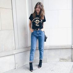 mom jeans | style | add a belt | street style | fashion | graphic tee | how to wear mom jeans | trend