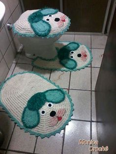 Jogo banheiro cachorrinho Crochet Mat, Crochet Home, Crochet Crafts, Crochet Doilies, Crochet Projects, Free Crochet, Owl Bathroom, Bathroom Sets, Knitting Patterns