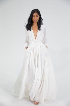 Foto 8 de 13 Vaporoso vestido de novia con manga larga, profundo escote en forma de V y bolsillos | HISPABODAS