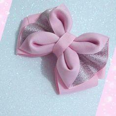 This Pin was discovered by Emi Satin Ribbon Flowers, Cloth Flowers, Ribbon Bows, Fabric Flowers, Making Hair Bows, Diy Hair Bows, Diy Bow, Kanzashi Tutorial, Hair Bow Tutorial