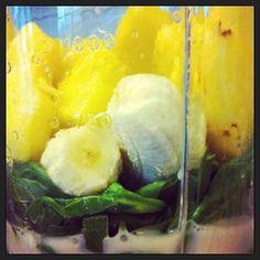 Makkelijke, frisse ananas-banaan-spinazie smoothie. Begin de dag met energie en gelijk een portie groente en fruit!