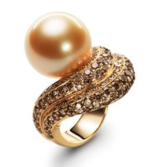 Golden pearl RING by Bucherer with one natural-coloured golden South Sea cultured pearl (15,2 mm), brown brilliant diamonds (total 2.65 ct), and brilliant diamonds (total 0.69ct).