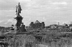 Lessing-Denkmal im abgeholzten Berliner Tiergarten. 1945 Foto von Fritz Eschen