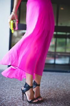 Neon maxi skirt LBV Love the skirt and the shoes Fashion Mode, Look Fashion, Fashion Beauty, Womens Fashion, Fashion Outfits, Mode Chic, Mode Style, Style Me, Fuchsia