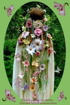 Karisik © ElfenzARTes exhibition object art competition, hand felt, felt art, felt jewelry It will a Felt Diy, Felt Crafts, Felt Flowers, Crochet Flowers, Cascading Flowers, Mode Baroque, Tout Rose, Felt Crown, Fairy Dress