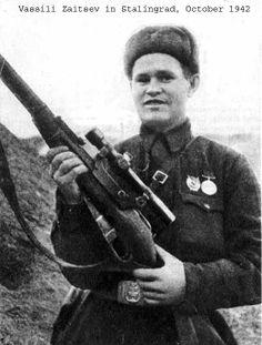 Vasili Záitsev em Stalingrado 1942, Herói militar soviético, Vasili é uma lenda na Rússia; o maior francotirador da história com mais de 225 baixas de soldados alemães. Esta foto é de domínio público na Rússia e foi publicada antes de 1 de janeiro de 1954. O autor da foto é desconhecido e diz-se que morreu antes da publicação da mesma.