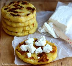 Arepas de Choclo or Chócolo are absolutely my favorite arepas. I would eat them every day if I could. These traditional and popular Arepas from the Andean Empanadas, Colombian Food, Colombian Recipes, Colombian Arepas, Tapas, Guatemalan Recipes, Plantain Recipes, Plantain Ideas, Ripe Plantain