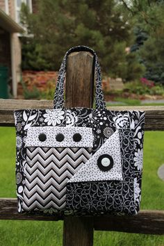 Pockets A Plenty by Whistlepig Creek Productions featuring Ink Blossom by Sue Marsh, black & white color way. Quilted Tote Bags, Patchwork Bags, Handbag Patterns, Bag Patterns To Sew, Quilted Purse Patterns, Handmade Purses, Handmade Handbags, Diy Sac, Denim Bag