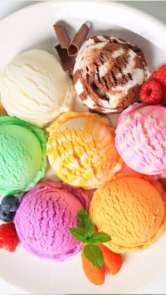 An epic collection of keto ice cream recipes! 31 ways to make the best low carb ice creams and frozen treats. Helado Keto, Keto Eis, Keto Ice Cream, Ice Cream Recipes, Low Carb Keto, Low Carb Recipes, Plakat Design, Banana Split, Summer Desserts