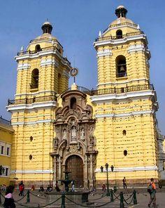Arte Barroco en Lima. Iglesia y Convento de San Francisco. La fachada es de estilo barroco limeño, tiene gracia y monumentalidad. Un rítmico almohadillado recorre sus muros, que en su parte superior se encuentran adornados por una balaustrada de madera.