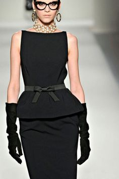 Fashion and Style - Moschino: the famous little black dress ! Love the necklace too! Look Fashion, High Fashion, Womens Fashion, Fashion Black, Milan Fashion, Fall Fashion, Looks Style, Style Me, Retro Style