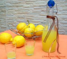 LIMONCELLO (Pour 2 litres : 1 litre d'alcool pour liqueur à 1 litre + 100 g… Cocktail Drinks, Alcoholic Drinks, Cocktails, Christmas Pudding, French Food, Lemon Lime, Food Packaging, Milkshake, French Nails