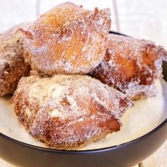 Great Malasadas recipe from Frank DeLima that contains flour, yeast, butter or margarine, eggs, sugar. He shares it on our Cooking Hawaiian Style show. Portuguese Sweet Bread, Portuguese Desserts, Portuguese Recipes, Malasadas Recipe Portuguese, Portuguese Food, Hawaiian Desserts, Hawaiian Dishes, Hawaiian Recipes, Hawaiian Bbq