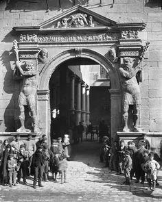 """Puerta de la Audiencia. Colección : J. Lèvy et Cie. del archivo Roger- Viollet de París , año  1889., son de la exposición """"Zaragoza en la mirada ajena """" ( 2012)."""