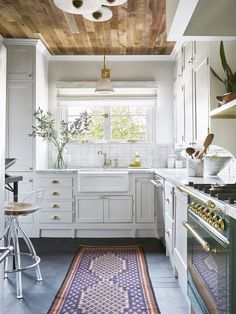 Kitchen remodel trends - This Designer Put Wood Ceilings in Her Kitchen, and We're Obsessed – Kitchen remodel trends Kitchen Flooring, Kitchen Backsplash, Kitchen Furniture, Kitchen Decor, Backsplash Ideas, Kitchen Ideas, Kitchen Trends, Retro Furniture, Furniture Online