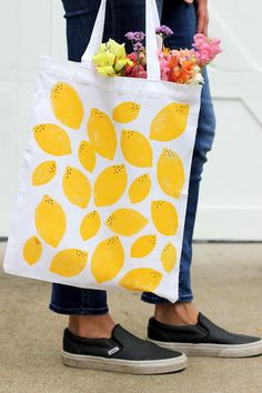 How cute is this lemon-print tote bag? Perfect DIY with the kids