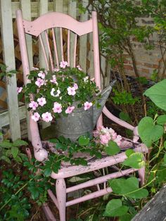 Unordinary Diy Garden Art Design And Remodel Ideas Bird Bath Garden, Pink Garden, Garden Cottage, Summer Garden, Old Rocking Chairs, Chair Planter, Vintage Garden Decor, Vintage Gardening, Garden Doors