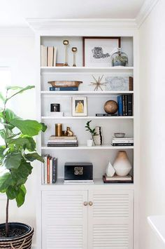 6 Eloquent Cool Tips: Floating Shelves Next To Tv Woods floating shelves diy cardboard.Floating Shelves Bedroom How To Make floating shelf decor bedroom. Styling Bookshelves, Bookshelf Design, Bookshelves Built In, Bookshelf Decorating, Bookcases, Decorating Ideas, Built Ins, Bookshelf Ideas, Interior Styling