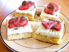 """""""Hvite konfektruter med jordbær"""" er lekre kakestykker som består av en myk kake laget med hvit sjokolade og dekket med hvit sjokoladeglasur. Kakeoppskriften er basert på oppskriften til """"Hvit konfektkake i langpanne"""", men er redusert til å passe til liten langpanne. Kakestykkene blir lekre, smakfulle og sommerlige når de dekkes med friske jordbær i skiver og raspet mørk sjokolade."""