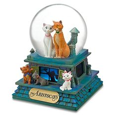 Disney The Aristocats Snow Globe. I would absolutely love to have this! This was my favorite movie as a kid, and I collect snow globes ; Walt Disney, Disney Love, Disney Art, Water Globes, Snow Globes, Disney Music Box, Poster Disney, Chrissy Snow, Disney Snowglobes