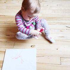 Dessiner sur une feuille? Pfff!  #slowtoute #melodiepetitesouris #17mois #avoir1an #etremaman #jelaimetellement #babystyle #babylife #momlife #bebefille #enfant