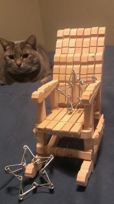 Rocking chair and cute stars made entirely from standard sized wooden cloths pins. (stars made from joining the springs) Popsicle Stick Crafts House, Popsicle Sticks, Craft Stick Crafts, Wooden Spool Crafts, Diy Barbie Furniture, Dollhouse Furniture, Clothespin Art, Diy Monogram, Newspaper Crafts