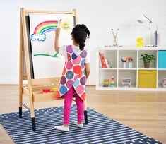 Try out this art smock (free pattern included!) to get creative with your children at home Childrens Apron Pattern, Child Apron Pattern, Apron Pattern Free, Childrens Aprons, Sewing Patterns Free, Apron Patterns, Loom Patterns, Smocking Patterns, Kids Patterns